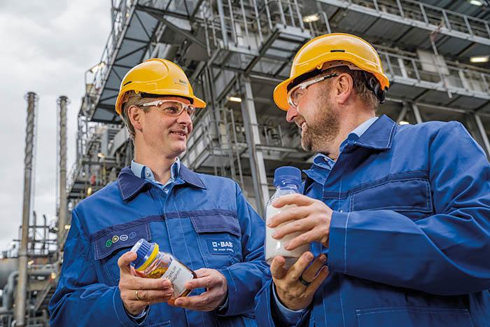 Stefan Gräter (links) und Andreas Kicherer (rechts) arbeiten im ChemCycling-Projekt daran, aus chemisch recyceltem Kunststoffabfall neue Produkte herzustellen. Das ChemCycling-Projekt von BASF legt seinen Fokus darauf, Kunststoffabfälle in der chemischen Produktion wiederzuverwenden statt sie zu entsorgen. Dabei werden Kunststoffabfälle durch thermochemische Verfahren in neue Rohstoffe umgewandelt und anstelle von fossilen Ressourcen in den BASF-Verbund eingespeist. Die daraus resultierenden neuen chemischen Produkte weisen die gleiche Qualität auf wie Produkte aus fossilen Rohmaterialien. Abdruck honorarfrei. Copyright by BASF. Stefan Gräter (left) and Andreas Kicherer (right) are working on the ChemCycling project to produce new products from chemically recycled plastic waste. BASF's ChemCycling project focuses on recycling plastic waste in chemical production rather than disposing of it. Plastic waste is converted into new raw materials by thermo-chemical processes and fed into the BASF Verbund in place of fossil resources. The resulting new chemical products have the same quality as products from fossil raw materials. Print free of charge. Copyright by BASF.