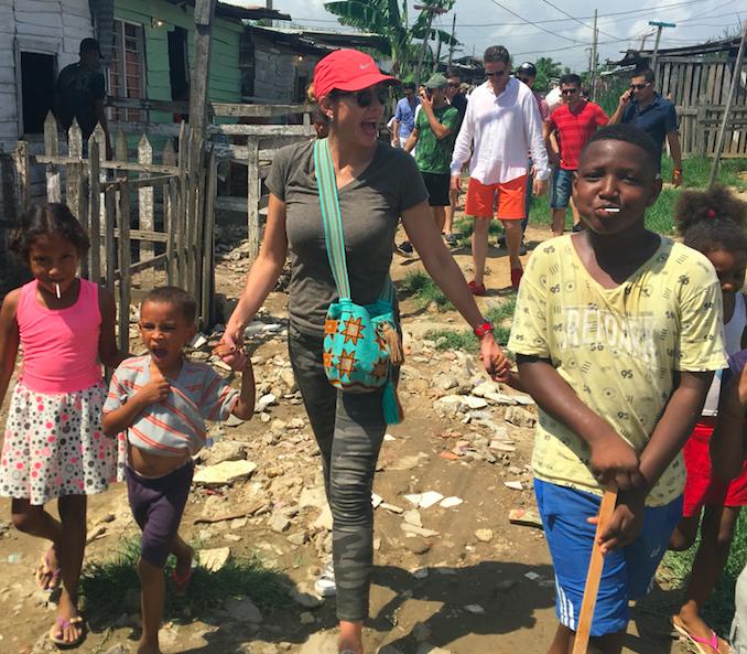 Catalina recorre el barrio con los niños