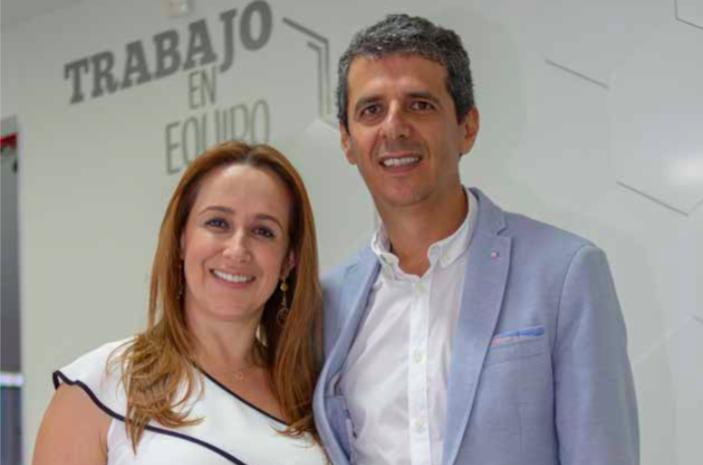 Giovanny Mesa Escobar, con su hermana Yolima