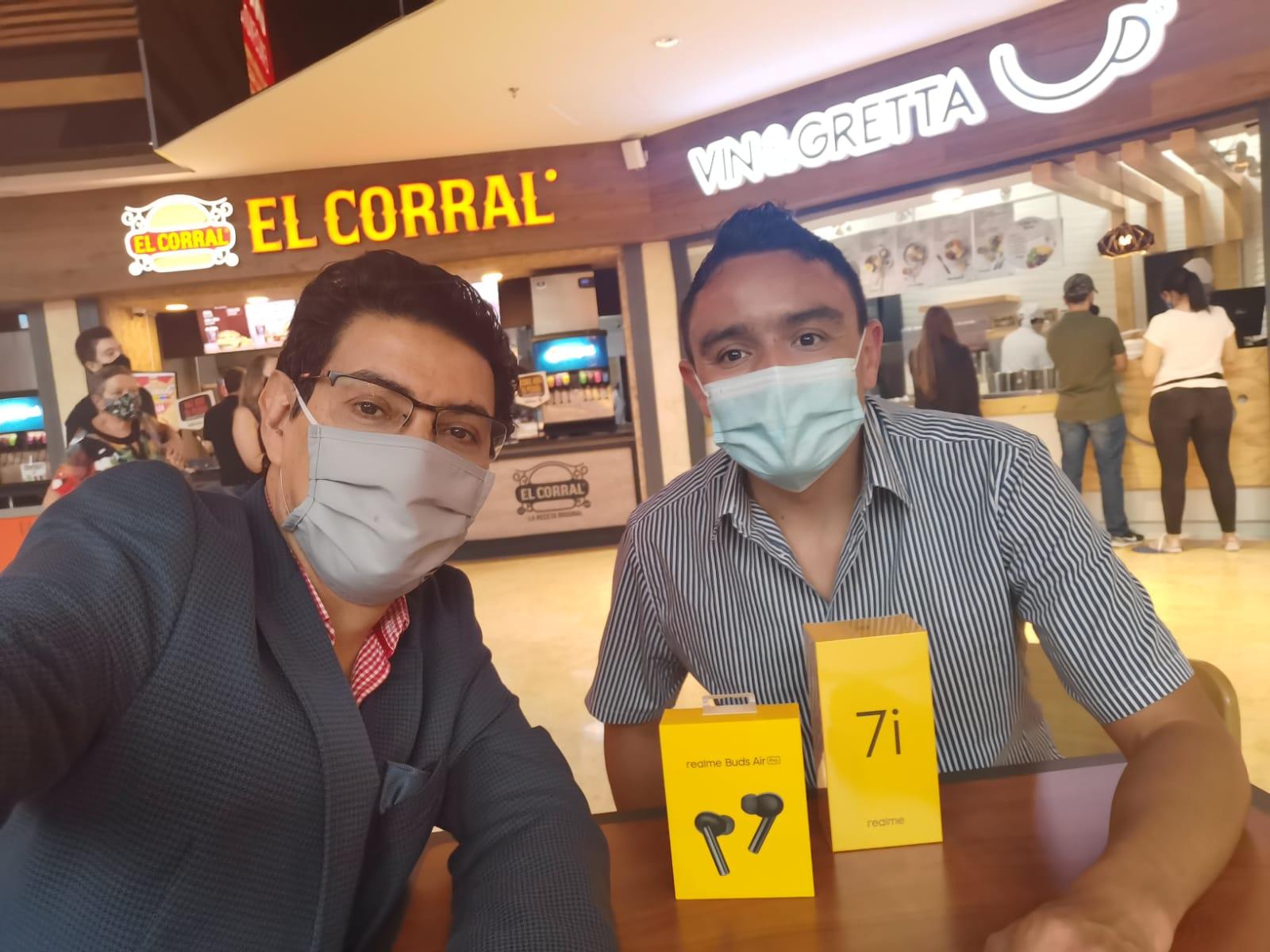 Con David Alejandro Gutiérrez, PR Manager de Realme en Colombia