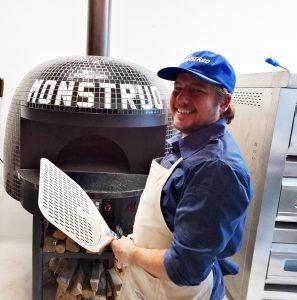 Anthony Falco, durante las pruebas de pizzas en Café Monstruo.