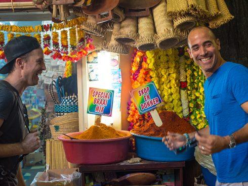 El chef David Rocco en uno de los mercados de especias en África. Foto: National Geographic.
