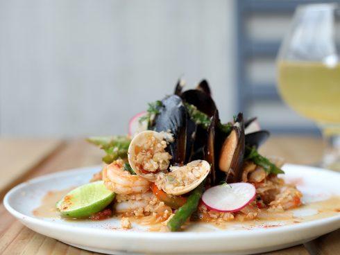 Paella, uno de los platos incluidos en el menú de Tribu6 Smart Food. Foto: Martín García/SomoSibaritas