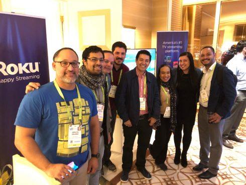 Periodistas con ejecutivos de Roku