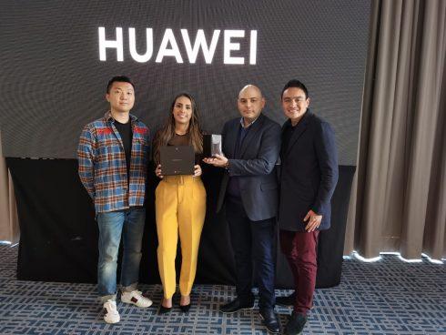 Los directivos de Huawei mostraron los dispositivos.