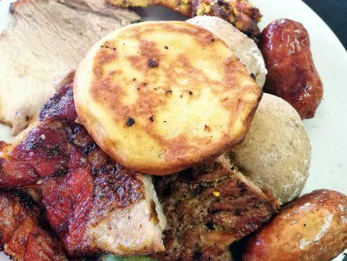 Este año la feria cuenta con un espacio exclusivo para disfrutr de carnes a la parrilla. Foto: Honoria Montes.