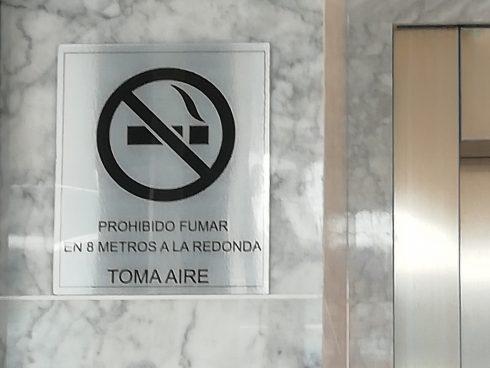 Aviso en el lobby de un edificio de la zona de El Lago, en Bogotá.